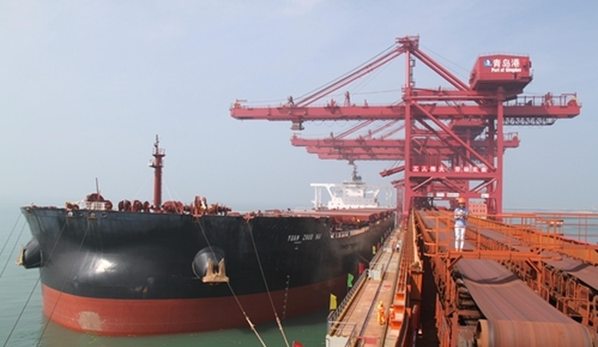40万吨矿船靠泊董家口矿石码头