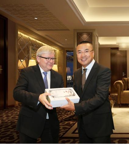 植物医生国礼赠澳大利亚第26任总理陆克文(左)