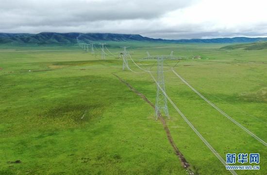 6月17日拍摄的青豫特高压直流工程(无人机照片)。 新华社记者 吴刚 摄