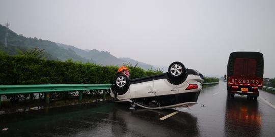 乐山大范围降雨 高速路上一辆汽车因路滑翻车