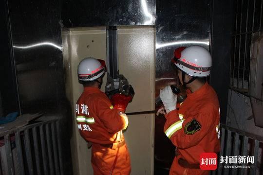 小区突然停电老人被困电梯 消防破拆电梯门成功将其救出