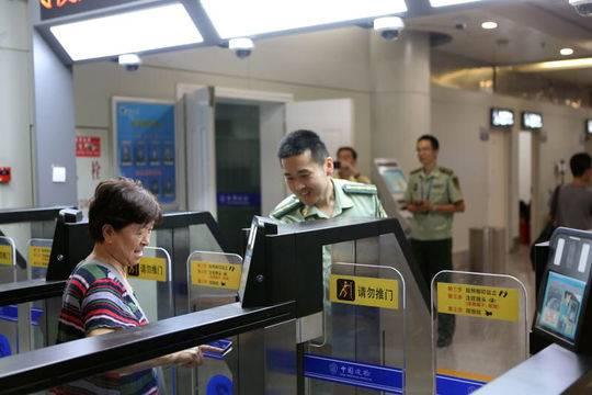 今年成都口岸预计破600万 承诺中国公民通关排队不超半小时