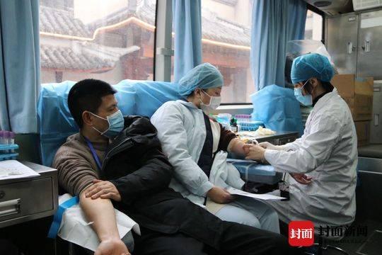 血库告急 四川南充一线66名医护人员献血抗疫