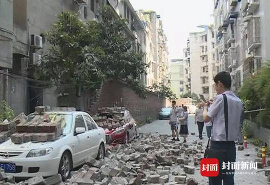 乐山一堵围墙突然倒塌砸中三辆小车 无人员伤亡
