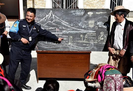 四川甘孜画师带笔从警 十分钟绘出抓捕地形图