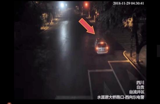 自贡醉司机等红绿灯 一等等了3小时撞树了也没醒
