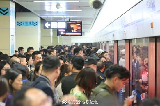 成都地铁1号线大客流仍将持续 高峰期建议错峰出行