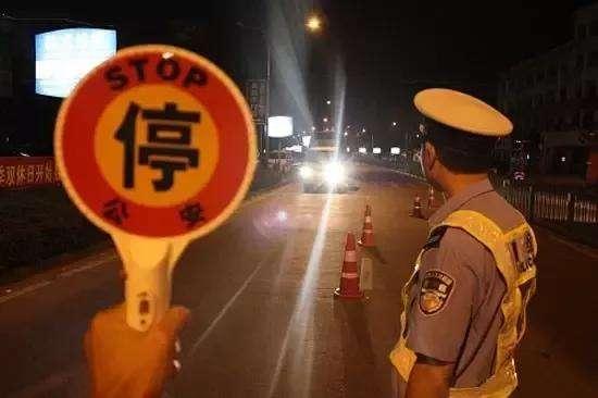 查酒駕交警以為看花眼:兩車用同一車牌一分鐘內雙雙被罰