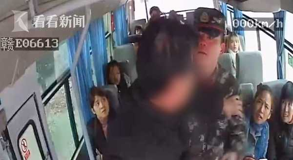 视频 客车行驶中醉汉突抢方向盘 武警战士挺身而出