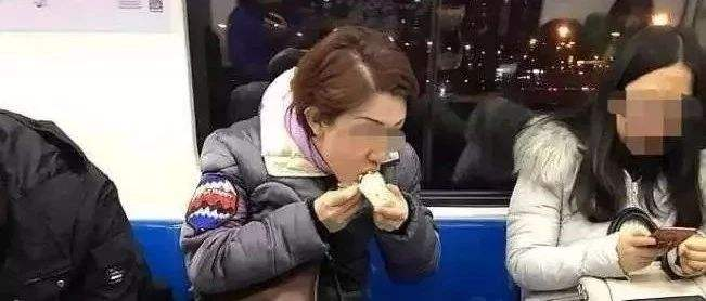 上海凤爪女被行政拘留 5次在公交地铁上吃东西