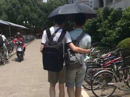 男生不好意思打伞遮阳 四川大学生发起校内拼伞活动