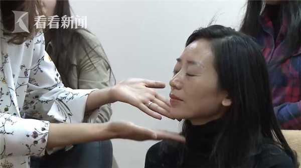 视频|19岁盲人女孩学会第一次化妆:我也想体验一回