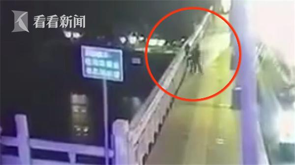視頻|女子獨自在橋上看風景 被陌生男子一把推入邕江