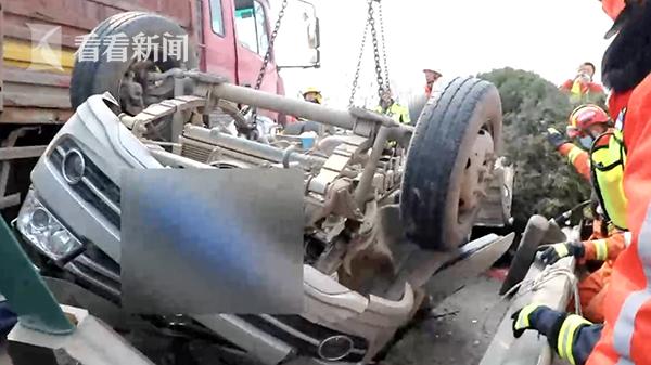 轿车被撞翻连转5圈 惊险45秒后却引发更大事故