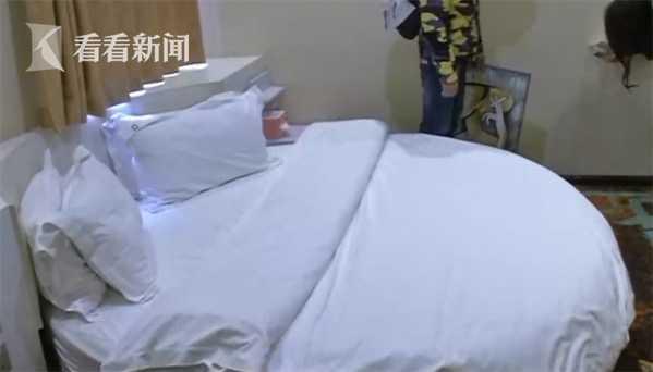 男子与女友酒店开房被偷窥 墙壁上竟有一个洞