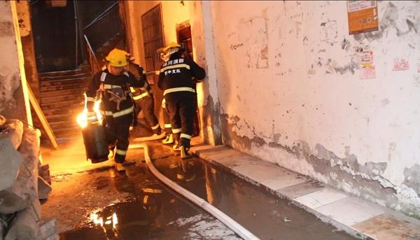 火场煤气即将泄漏 巴中消防员徒手拎出着火煤气罐