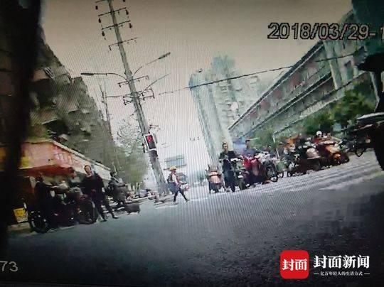 成都男子违规骑电瓶车被拦后 一拳打倒民警