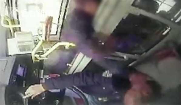 视频 有护栏都拦不住!7旬老汉殴打司机还抢夺方向盘