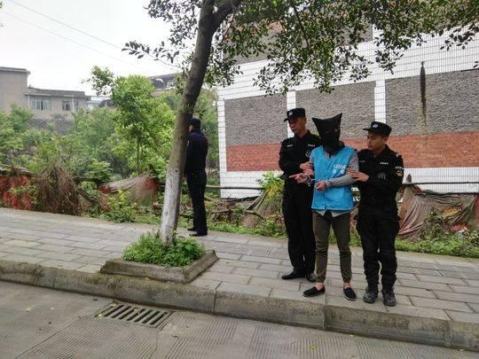 自贡5人骑摩托车 凌晨狂砸10余辆车车窗实施盗窃