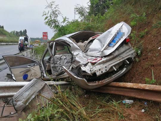 遂广高速轿车撞上隔离带侧翻 车上一女乘客被压身亡