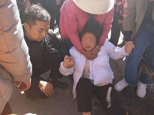四川女子避让车辆左腿卡在下水口 消防员夹断铁栏将其解救
