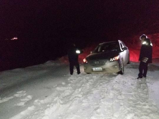 两名游客误入雀儿山被困 甘孜民警徒步上山救援