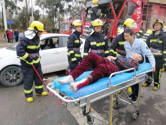 成都青白江三车追尾一人被卡 消防破拆10分钟救出