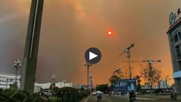 西昌森林火灾附近居民:一开窗 草木灰就飘了进来