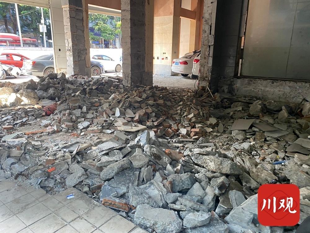 成都一汽修店装修动用挖掘机钻地 楼上住户吓坏了