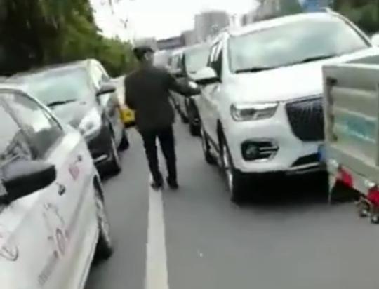 西昌首起 男子在红绿灯间隙发放小卡片被拘留5日