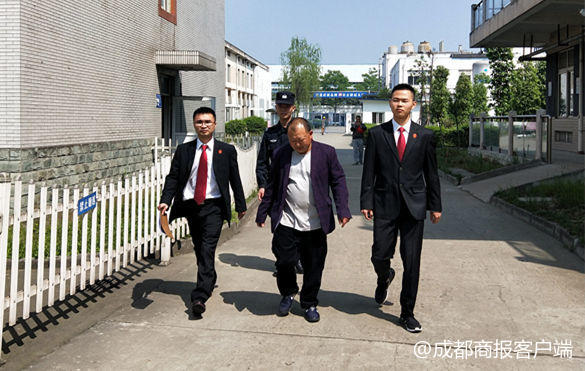 温江法院假装送快递引老赖出现 被拘留第二天主动还款