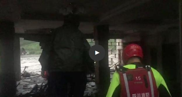 两游客不听劝阻执意回房休息被困 汶川消防人员现场救援
