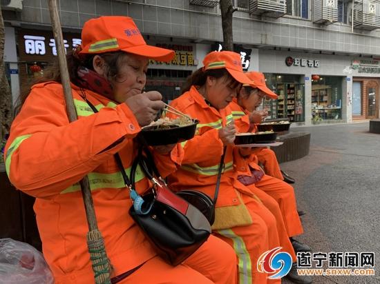 春节期间 环卫工人坚守岗位为节日增添一抹暖色
