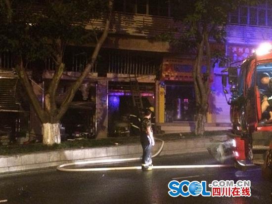泸州龙马潭一临街建筑起火 七辆消防车出动火情已控制