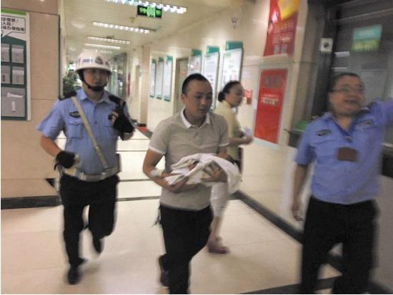 婴儿呼吸困难求医遇堵 蓉交警开辟生命通道4分钟送到医院