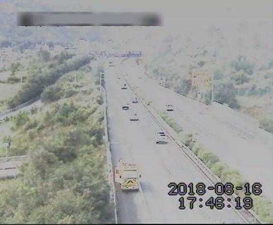 施工车抄近路 雅西高速应急车道上倒车司机被扣12分
