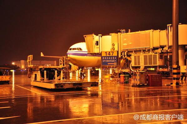 成都机场遭受今年入夏首场雷暴天气 致13个航班取消