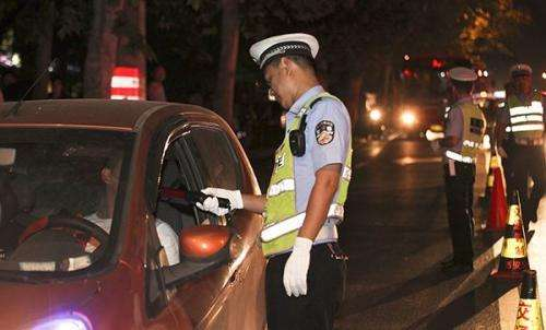 男子酒后驾车还闹事 面对民警:把我拷回派出所!