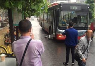 上班早高峰成都女子命丧公交车轮下