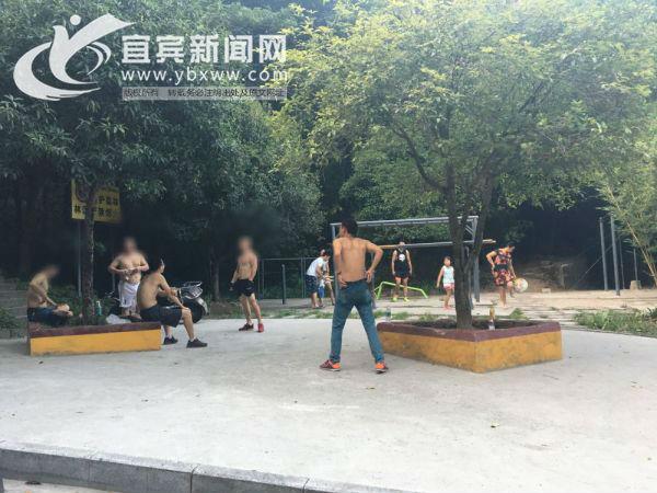 """几个""""光胴胴""""聚在翠屏山的一个小广场上很是扎眼。(宜宾新闻网 龙亿江 摄)"""