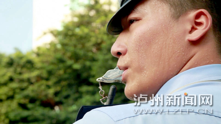 泸州:酷暑下的那一抹交警蓝