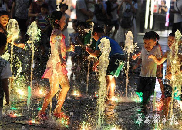 暑热难耐 音乐喷泉这样玩水不安全
