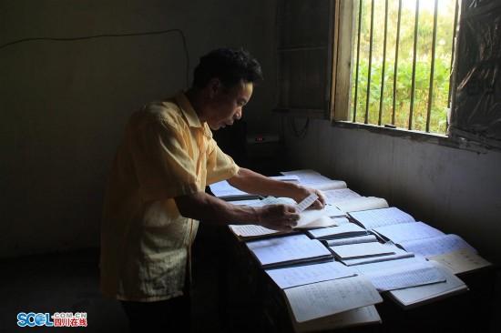 广安农民读书超2000本 写20万字小说还要考建造师