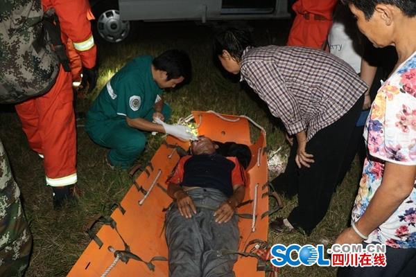 老羊倌坠下50米崖 达州消防救出活人