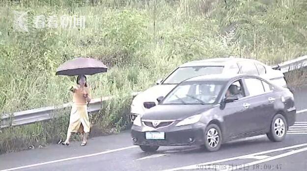 渝蓉高速现招手党 开着豪车打扮时髦拦车借钱