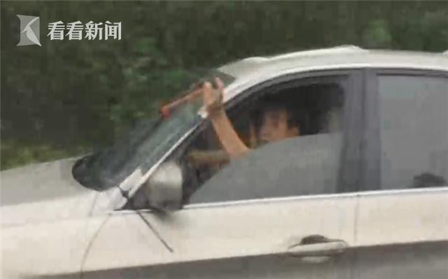 宜宾男木棍自制雨刮器 全程手动操作惊呆执法人员