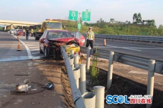 广安女司机分心驾驶 车头径直撞向高速护栏