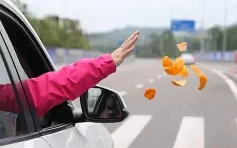 泸州交警治理三乱 车窗抛物处以50元罚款