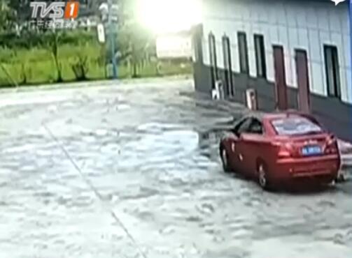 四川成都:疑因转弯盲区 老爸开车撞死亲女