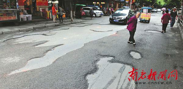 420米府街131个坑严重影响通行 南充市民盼早日修补